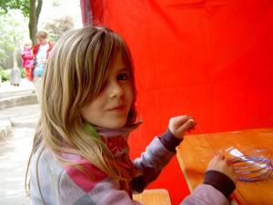 Alissa Höfl (8) arbeitet bei der Ring-Werkstatt und findet ihre Arbeit gut und später will sie das auch machen.