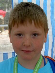 Phillip Pfefferkorn (7) arbeitet bei den Windlichtern, findet seine Arbeit gut und später will er das vielleicht auch machen.